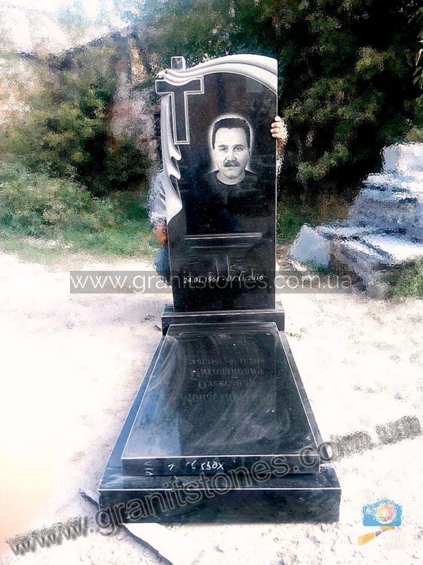 Гранитный памятник черного цвета с вырзанным крестом