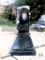 Памятник гранитный черного цвета с вырезанным крестом