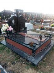 Памятник для двоих с крестом из черного гранита