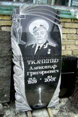 Памятник для бывшего военного с крестом листьями и лентами