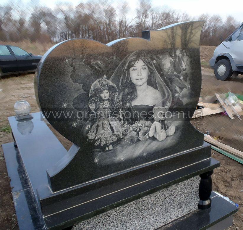 Портрет на обратной стороне памятника в форме сердца