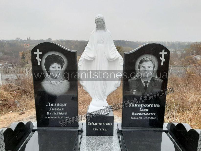 Гранитный памятник черного цвета с надгробием