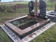 Памятник для двоих из красного гранита с крестом