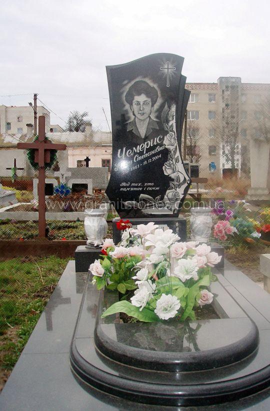 Гранитный памятник с вазами и цветником