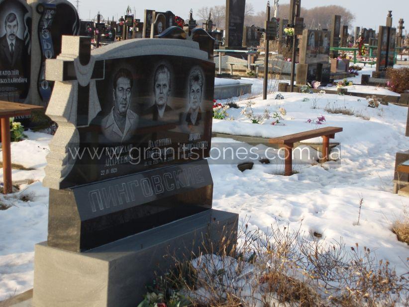 Памятник на троих человек из серого и черного камня
