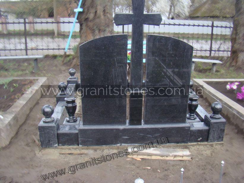 Гранитный памятник для двоих с крестом и цветником