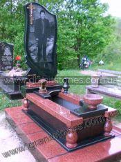 Памятник из красного гранита с черной аркой