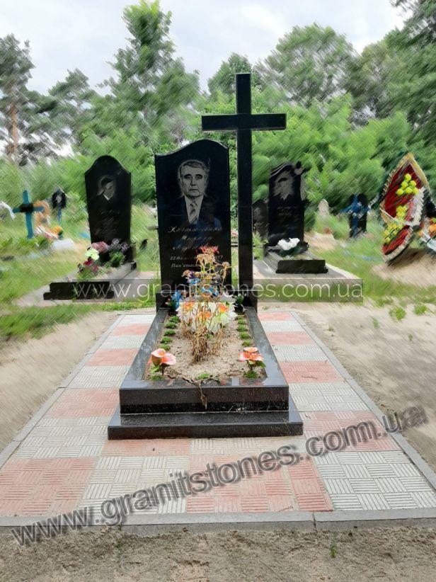 Памятник из гранита с крестом и цветником одинарный