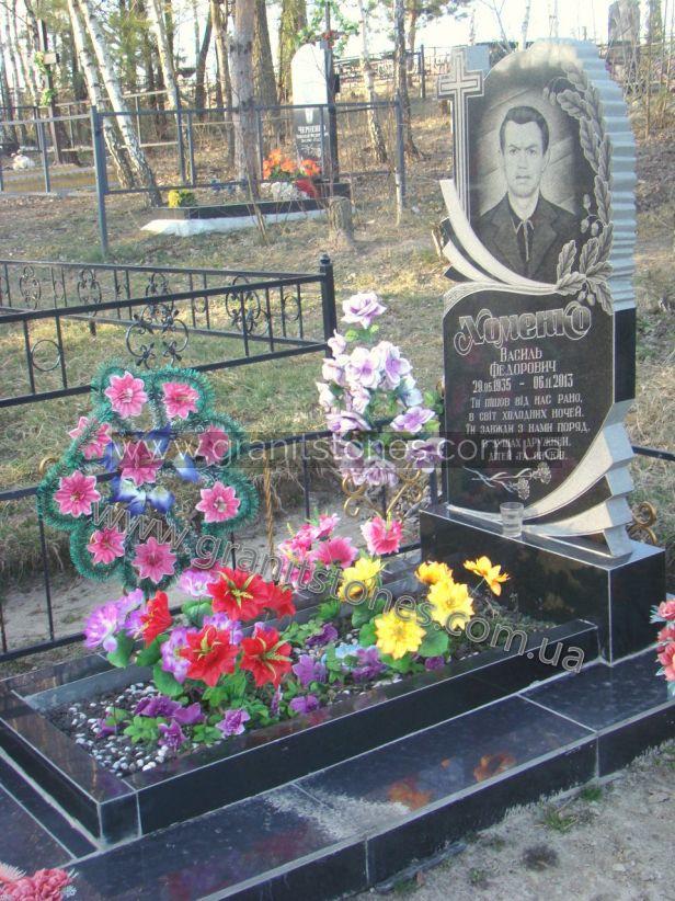 Памятник с листьями дуба на могилу
