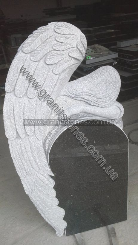 Гранитный памятник с ангелом на могилу