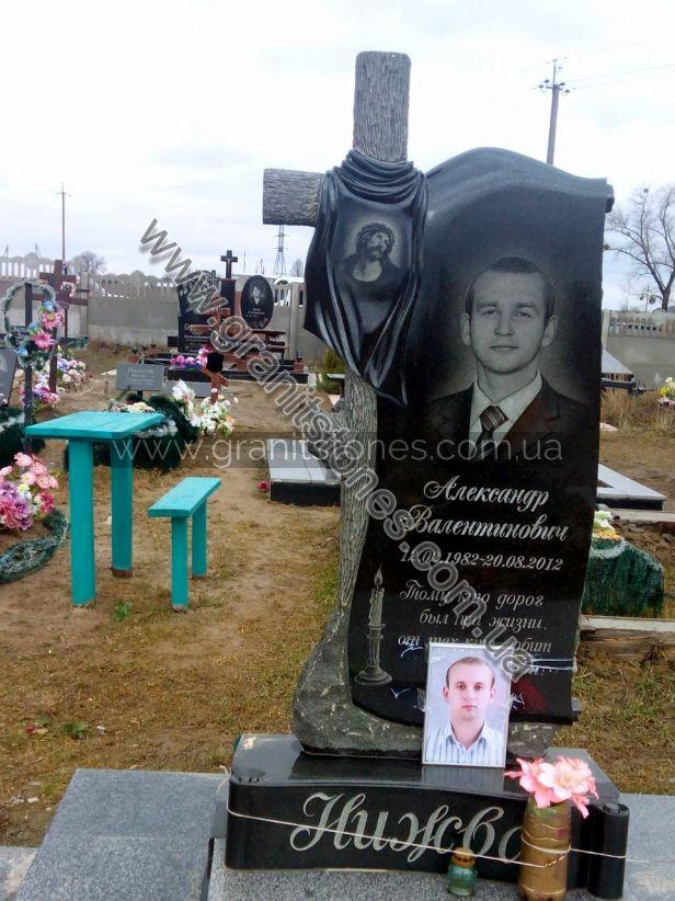 Памятник на могилу с крестом под дерево